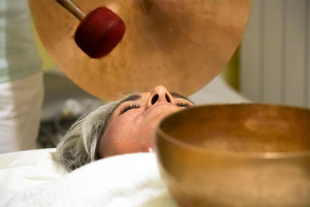 sprostitvena masaza obraza in dekolteja